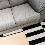 Sofá cinza e mesa de centro de madeira — Fotografia Stock