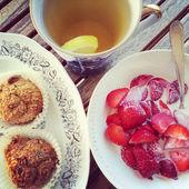 Çay pasta ve çilek ile — Stok fotoğraf