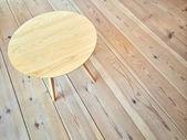 木製の床のシンプルなラウンド テーブル — ストック写真