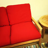 Red sofa and wooden table — Stock fotografie