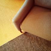 Fauteuil textile et tapis tricoté dans des couleurs chaudes — Photo