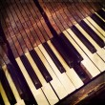 Keys of a broken antique piano — Stock Photo #74953227
