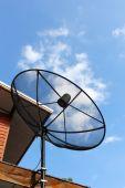 Parabolantenn med blå himmel — Stockfoto