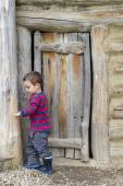 Child at barn door — Stock Photo