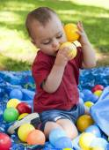 Child playing with balls — 图库照片