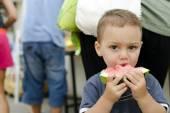 Dziecko jedzenie arbuza — Zdjęcie stockowe