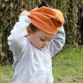 Child putting on hat — Stock Photo