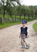 Child standing on a country road — Stock Photo