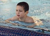 Criança na piscina — Fotografia Stock
