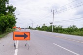 Right arrow symbol for road diversion near broken road. — Stock Photo