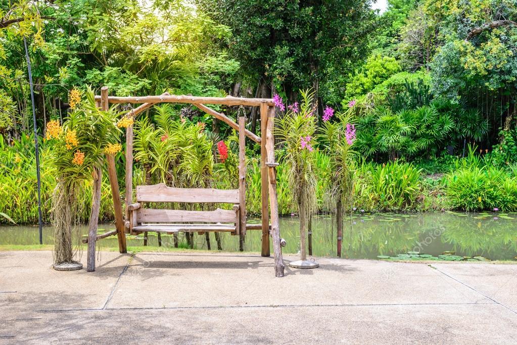 Columpio de madera vintage con orqu deas en el jard n foto de stock 84572632 depositphotos - Columpio madera jardin ...