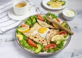 Egg with vegetables served on plate on wooden background — Stock Photo