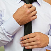 Homem puxa sua gravata closeup — Fotografia Stock