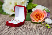 Wedding rings in a box and boutonniere, shallow depth of field — Stock Photo