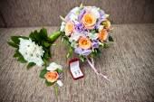 Svatební kytice růží a svatební Doplňky — Stock fotografie