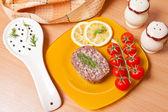 Tomate cereja e pique em um prato ao lado da panela — Fotografia Stock
