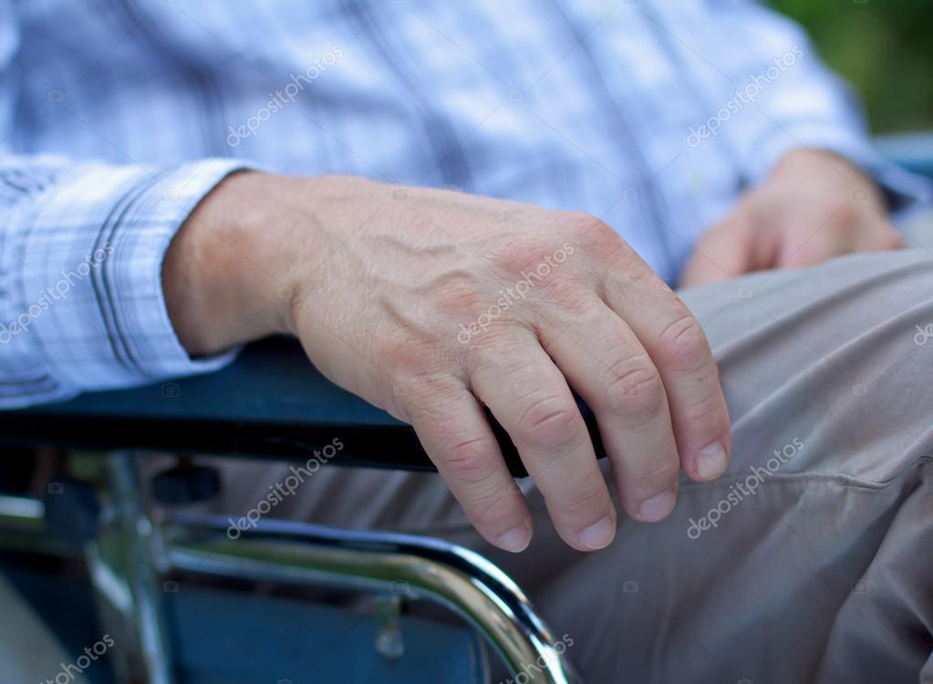 坐在轮椅上的残障的老人
