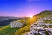 Shed in Urkiola mountains at sunrise with sun rays — Stock Photo