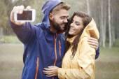 Coppia facendo selfie — Foto Stock