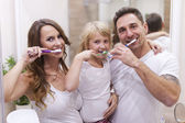 Family brushing teeth — Stockfoto