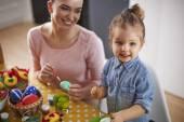 Family decorating Easter eggs — Stockfoto