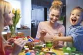 Family decorating Easter eggs — Stok fotoğraf