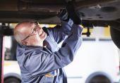 Mechanic reparing the car — Stock Photo