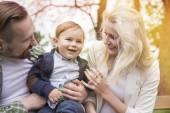 息子と一緒に公園で若い家族 — ストック写真