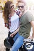 Par i kärlek sitter på cykel — Stockfoto