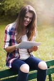 Ung kvinna med digital touch pad — Stockfoto