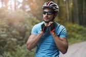 Hombre joven en bicicleta en gafas de sol — Foto de Stock