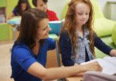 Lärare att hjälpa hennes elev med hennes läxor — Stockfoto