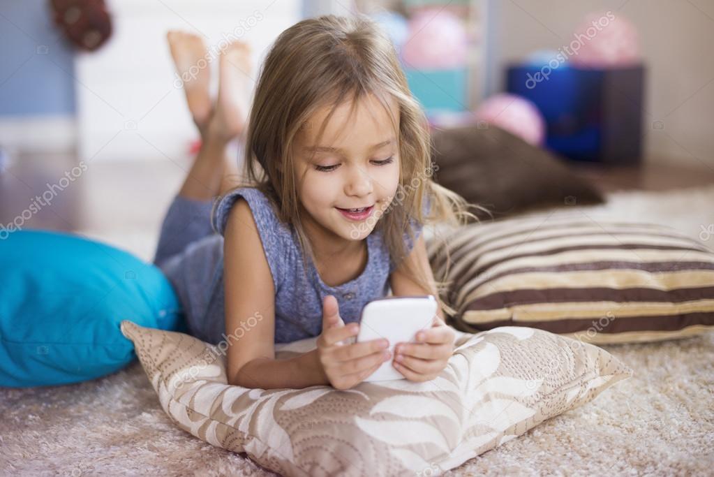 девочка играется с самотыком скачать на телефон