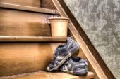 Bir merdiven üzerinde eski çocuk ayakkabı — Stok fotoğraf