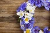 Wicker wreath decorated with cornflowers, chamomiles and jasmine — Stock Photo