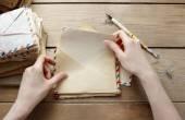 Женщина, читающая письмо от прошлого — Стоковое фото
