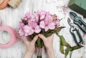 Florist at work: woman arranging bouquet of alstroemeria flowers — Stock Photo