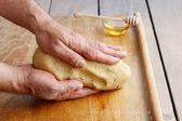 Cómo hacer un pastel - paso a paso: amasar una masa — Foto de Stock