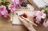 Frau einen brief schreiben — Stockfoto