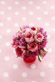 Bouquet of pink roses on pink dotted background — Stock Photo