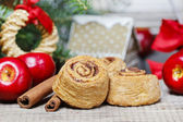 Cinnamon rolls in christmas setting. — Stockfoto