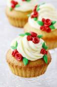 Wedding reception cupcakes decorated with sugarcraft red roses — Stock Photo