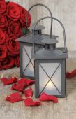 Black iron lanterns and bouquet of red roses — Стоковое фото