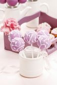 Lilac cake pops lavishly decorated with icing. — Stock Photo