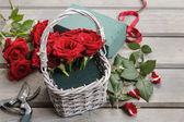 枝編み細工品バスケット チュートリアルでバラの花束を作る方法 — ストック写真