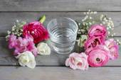 How to make beautiful tiny bouquet of ranunculus and eustoma flo — Stock Photo