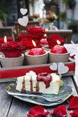 Käsekuchen und romantische Dekoration — Stockfoto