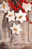 Gingerbread cookies in star shape decorated with almonds — Stock fotografie