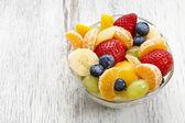 Insalata di frutta nella ciotola di vetro — Foto Stock