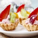 Muffins mit frischen Früchten dekoriert — Stockfoto #73079667